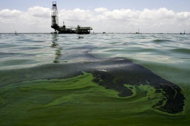 dầu nhẹ tràn trên biển