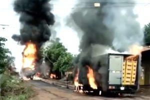 Xe bồn chở xăng (phía trước) cháy nổ dữ dội và chiếc xe tải bị lửa văng trúng đang bốc cháy.