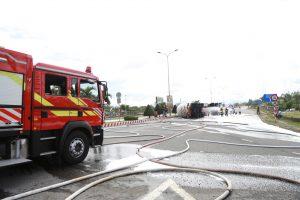 Xe chở 20 tấn ga bị lật, phun nước làm mát bồn gas